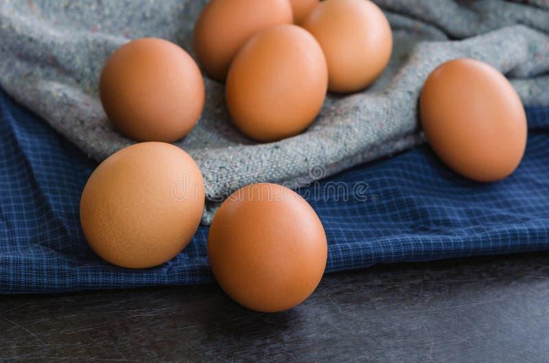 Oeufs crus en gros plan de poulet sur le tissu images stock