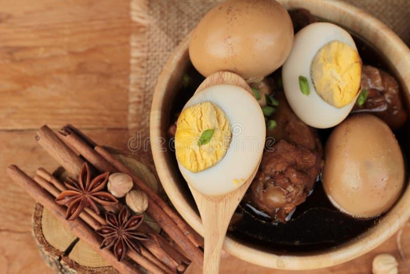 Oeufs cuits avec la nourriture chinoise de poulet délicieuse photos libres de droits