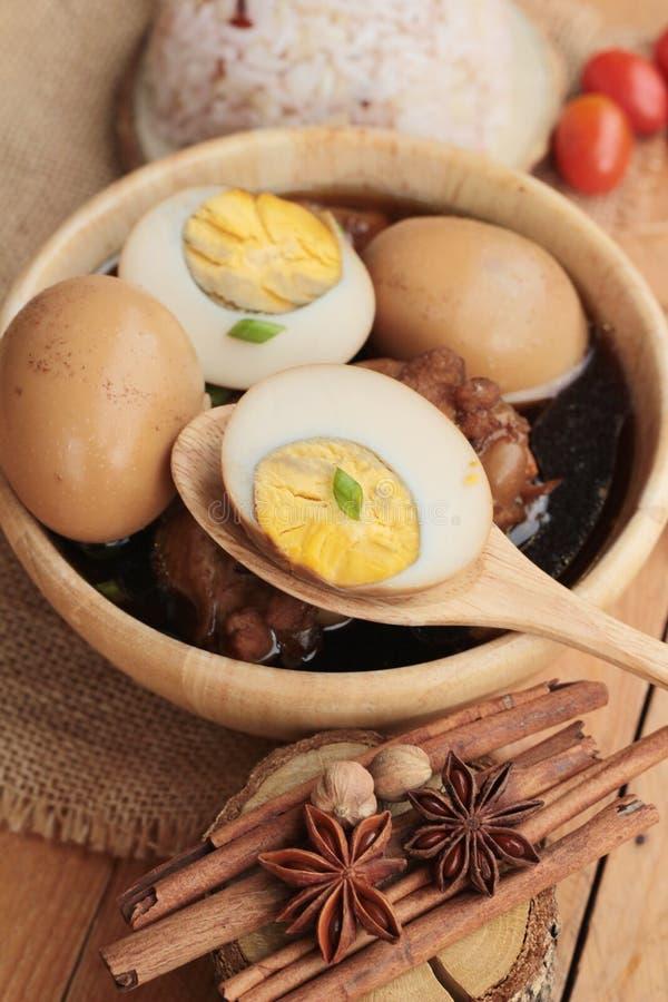 Oeufs cuits avec la nourriture chinoise de poulet délicieuse image libre de droits