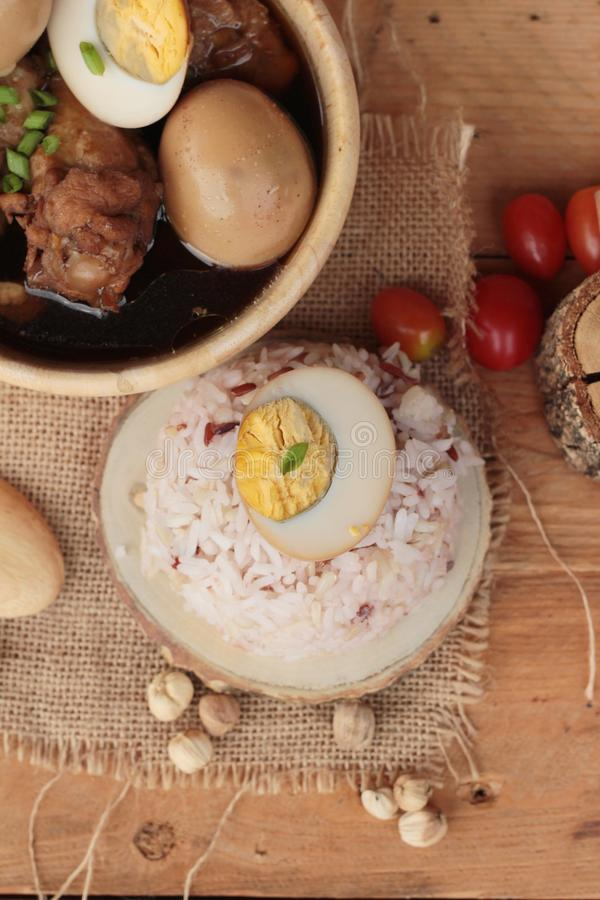 Oeufs cuits avec la nourriture chinoise de poulet délicieuse image stock