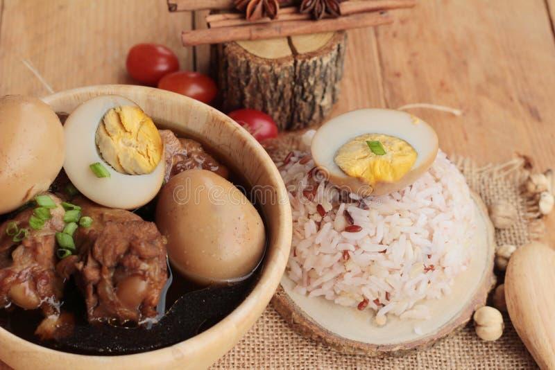 Oeufs cuits avec la nourriture chinoise de poulet délicieuse photos stock