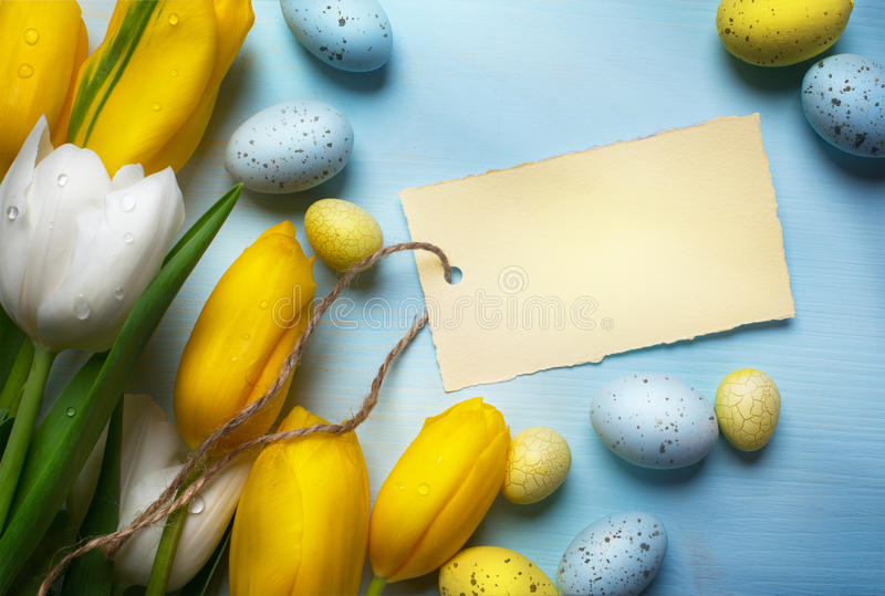 Oeufs d'Art Easter sur le fond en bois de table photo libre de droits
