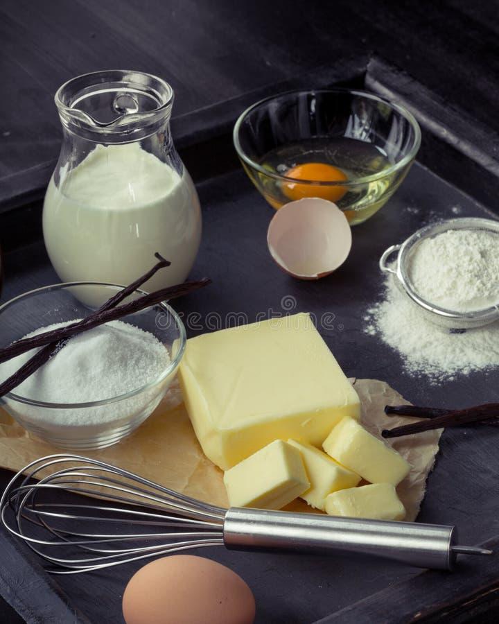 Oeufs d'ingrédients de cuisson, farine, sucre, beurre, vanille, crème images stock