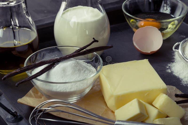 Oeufs d'ingrédients de cuisson, farine, sucre, beurre, vanille, crème images libres de droits