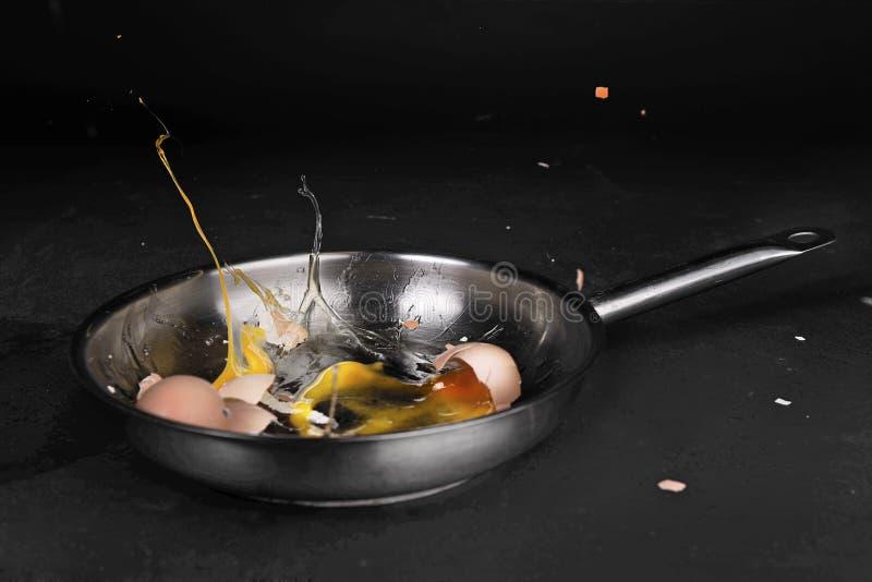 Oeufs dans la casserole photo libre de droits