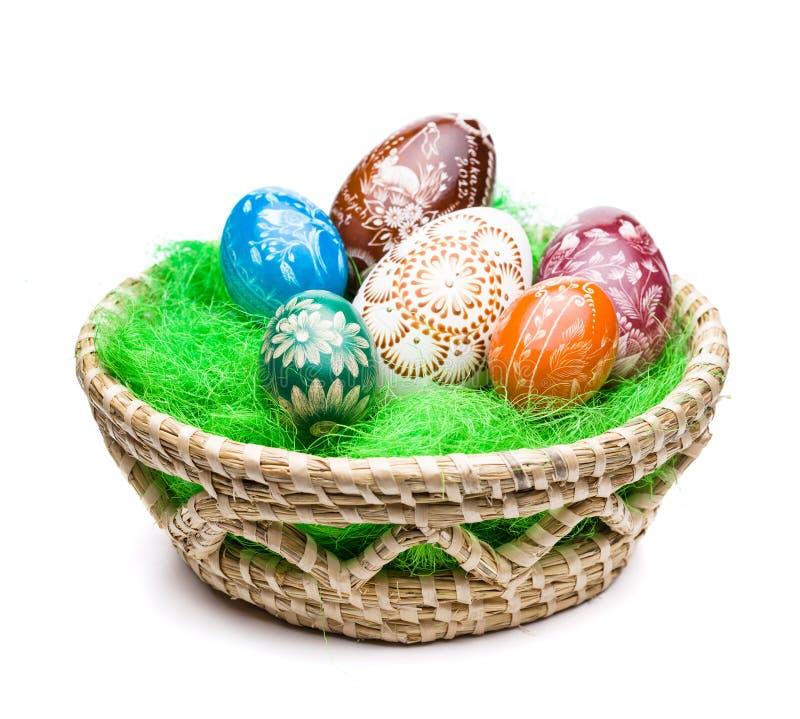 Oeufs dans le panier de Pâques photo stock