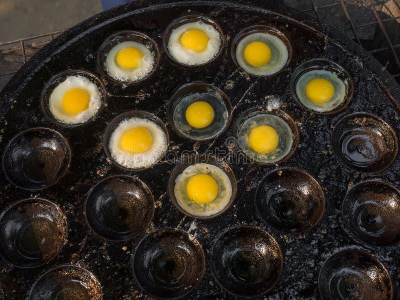 Oeufs de caille sur le plat dans une poêle spéciale images stock