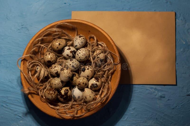 oeufs de caille vides d'enveloppe sur une texture bleue de fond photographie stock