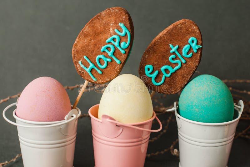 Oeufs de couleur dans des seaux Fond heureux de Pâques photos stock