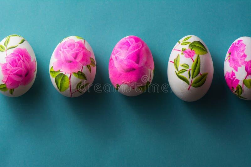 Oeufs de Decoupage pâques, avec les serviettes de papier fleuries au-dessus de la vue images stock