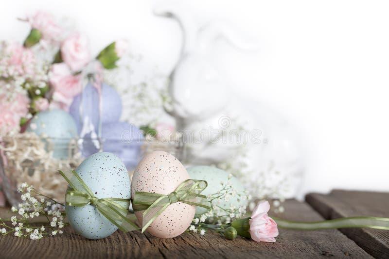 Oeufs de pâques avec le lapin photographie stock