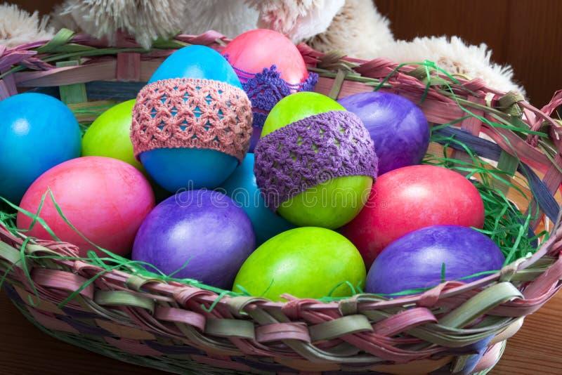 Oeufs de pâques avec le lapin images stock