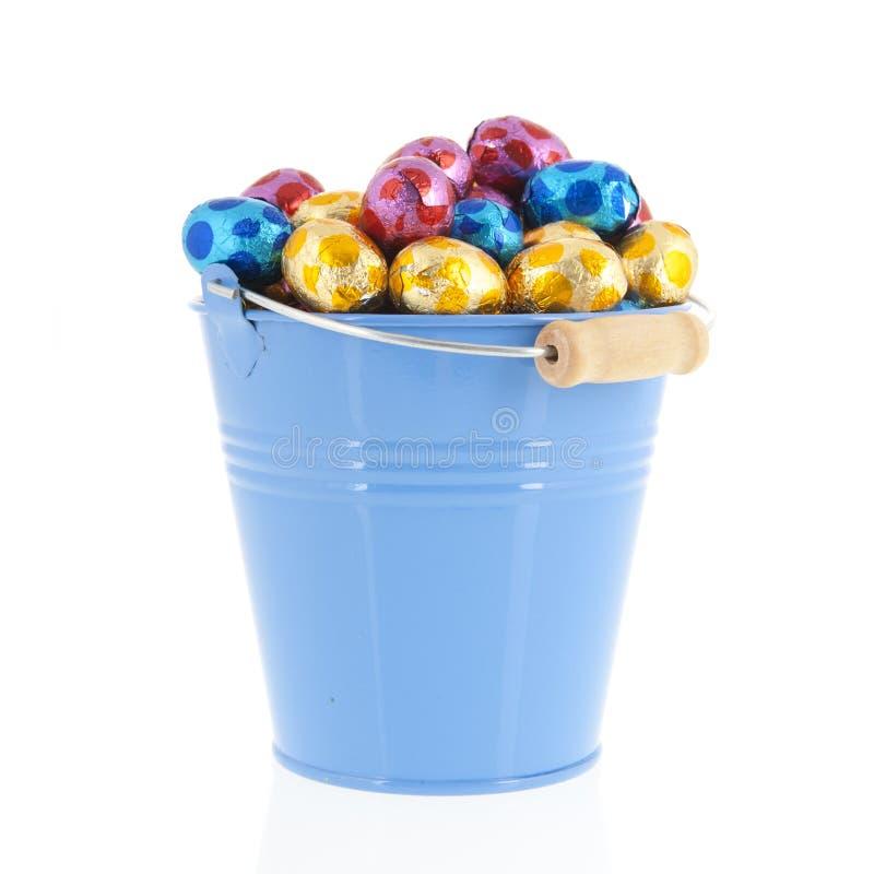 Oeufs de pâques bleus de seau photos libres de droits
