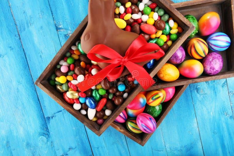 Oeufs de pâques de chocolat et lapin de chocolat et bonbons colorés photos stock