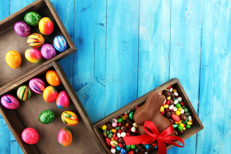 Oeufs de pâques de chocolat et lapin de chocolat et bonbons colorés photos libres de droits