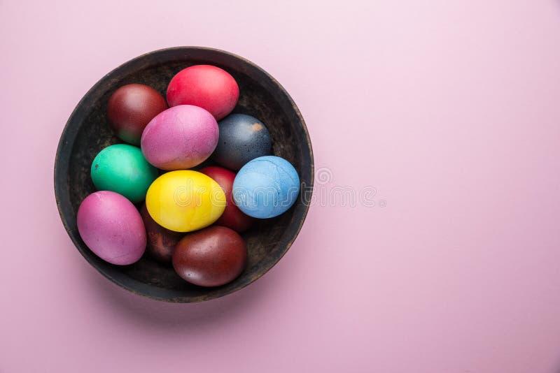 Oeufs de pâques colorés comme attribut de célébration de Pâques du plat Vue supérieure image stock