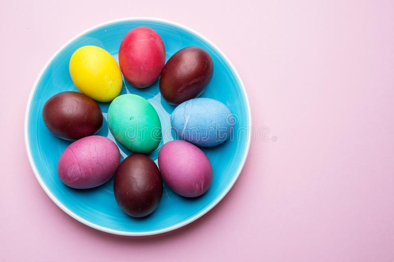 Oeufs de pâques colorés comme attribut de célébration de Pâques Fond rose photo stock