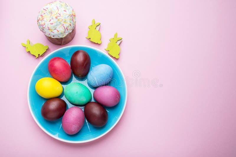 Oeufs de pâques colorés comme attribut de célébration de Pâques Fond rose images stock