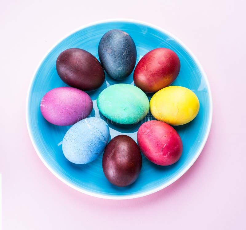Oeufs de pâques colorés comme attribut de célébration de Pâques Fond rose photos libres de droits
