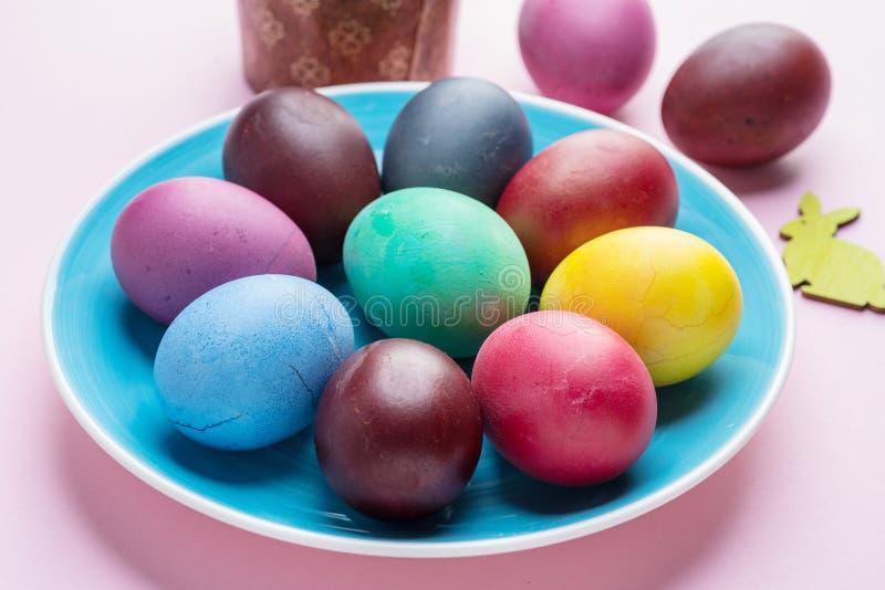 Oeufs de pâques colorés comme attribut de célébration de Pâques Fond rose photos stock