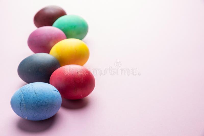 Oeufs de pâques colorés comme attribut de célébration de Pâques Fond rose image stock