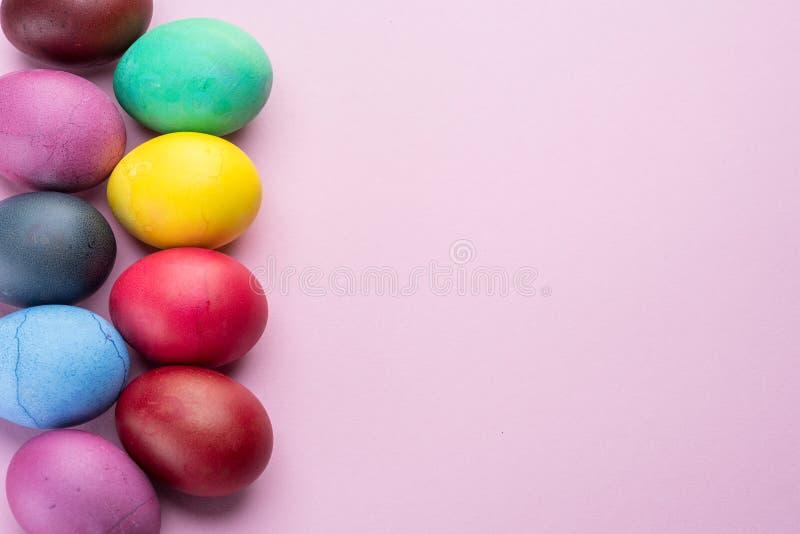 Oeufs de pâques colorés comme attribut de célébration de Pâques Fond rose photo libre de droits