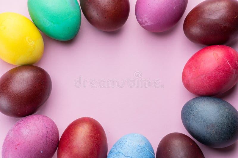 Oeufs de pâques colorés comme attribut de célébration de Pâques Fond rose photographie stock libre de droits