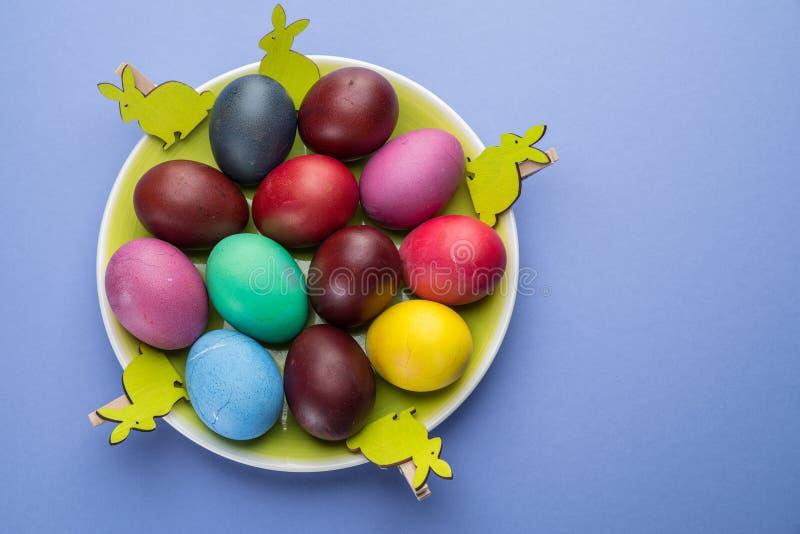 Oeufs de pâques colorés comme attribut de célébration de Pâques Fond rose images libres de droits