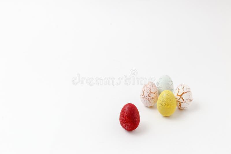 Oeufs de pâques colorés décorés sur le fond blanc images libres de droits