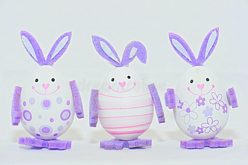 Oeufs de pâques colorés - décorations de lapin photographie stock