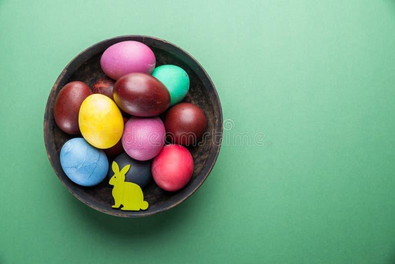 Oeufs de pâques colorés dans la cuvette Attribut de célébration de Pâques photo stock