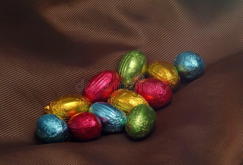 Oeufs de pâques colorés de chocolat image libre de droits
