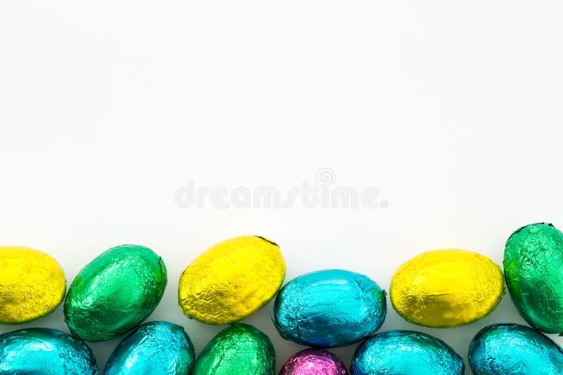 Oeufs de pâques colorés de chocolat images libres de droits