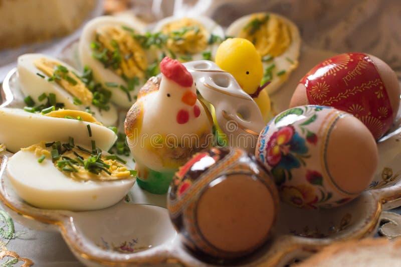 Oeufs de pâques colorés du plat image stock