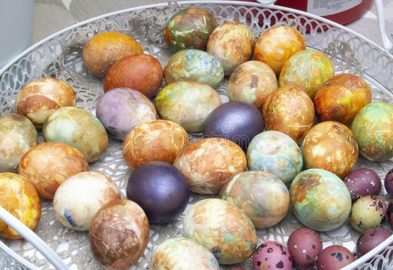Oeufs de pâques colorés et multicolores dans un panier images stock