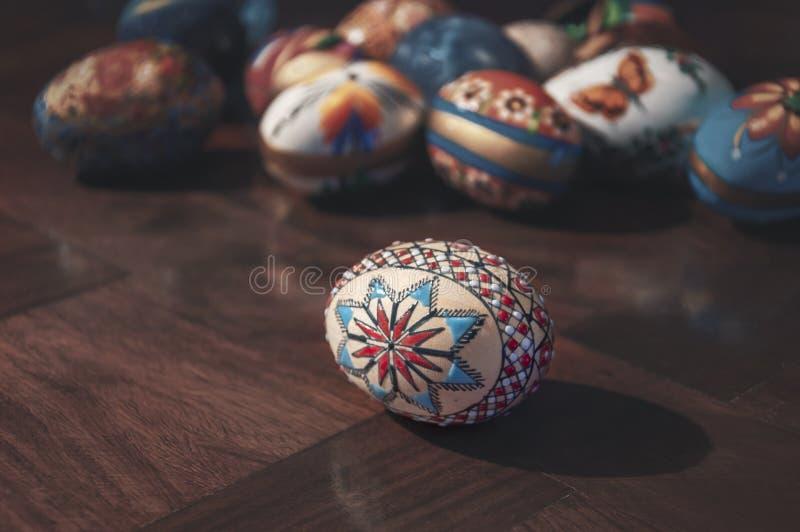 Oeufs de pâques colorés peints sur la table en bois photographie stock