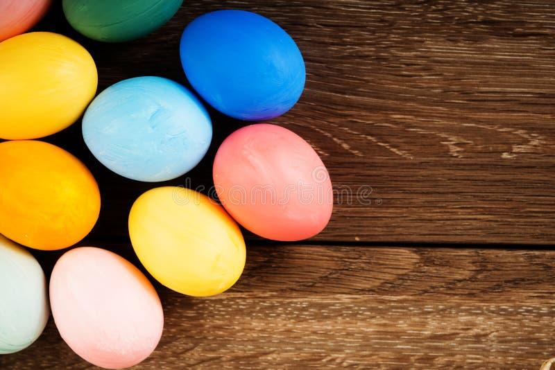 Oeufs de pâques colorés sur le fond en bois de table images libres de droits