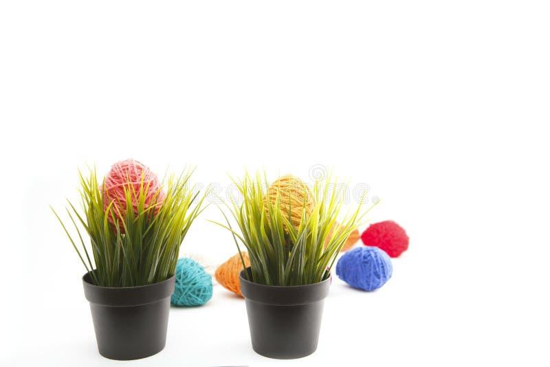 Oeufs de pâques décorés colorés d'isolement de fil de laine images libres de droits