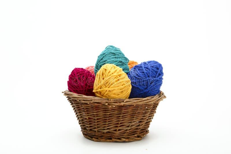 Oeufs de pâques décorés colorés de fil de laine images libres de droits