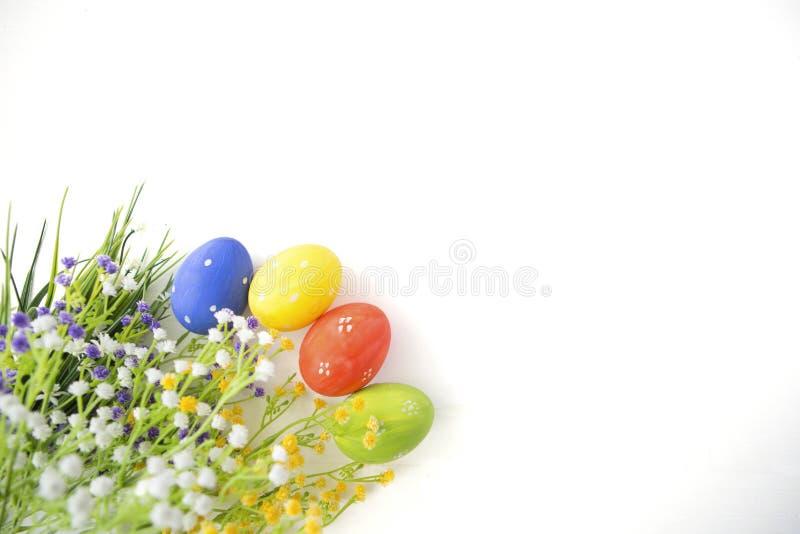 Oeufs de pâques décorés colorés sur le fond en bois blanc photographie stock
