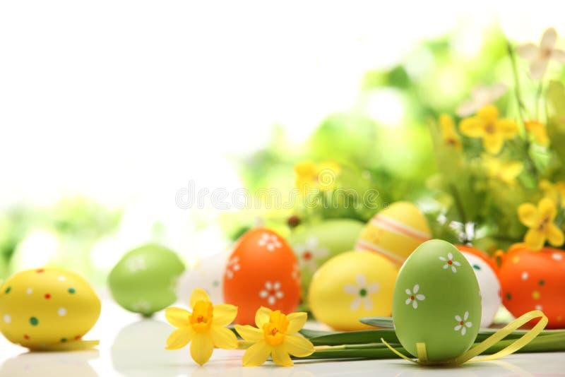 Oeufs de pâques décorés des fleurs photographie stock