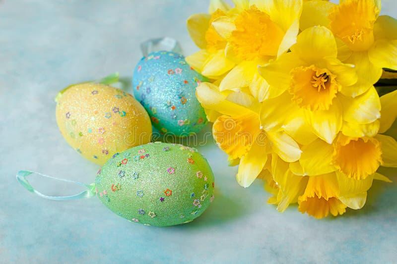 Oeufs de pâques décorés des fleurs jaunes de jonquille photographie stock