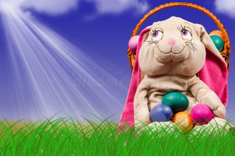 Oeufs de pâques dans l'herbe verte Décoration de fête images stock