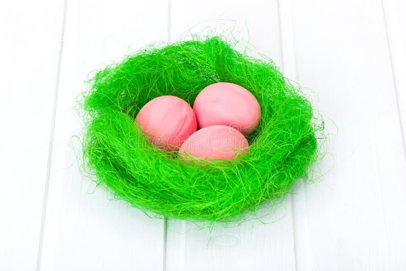 Oeufs de pâques dans le nid vert image libre de droits