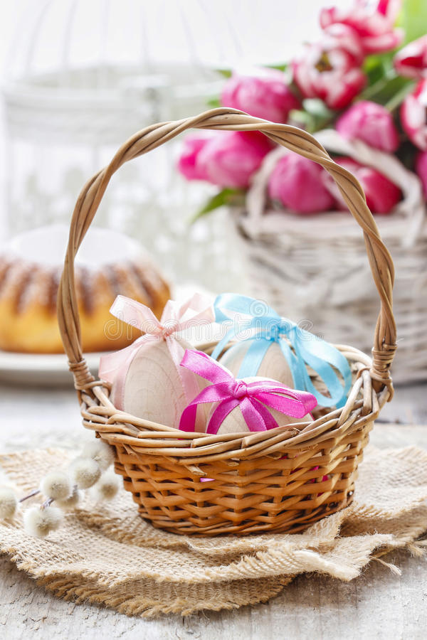 Oeufs de pâques dans le panier en osier images stock