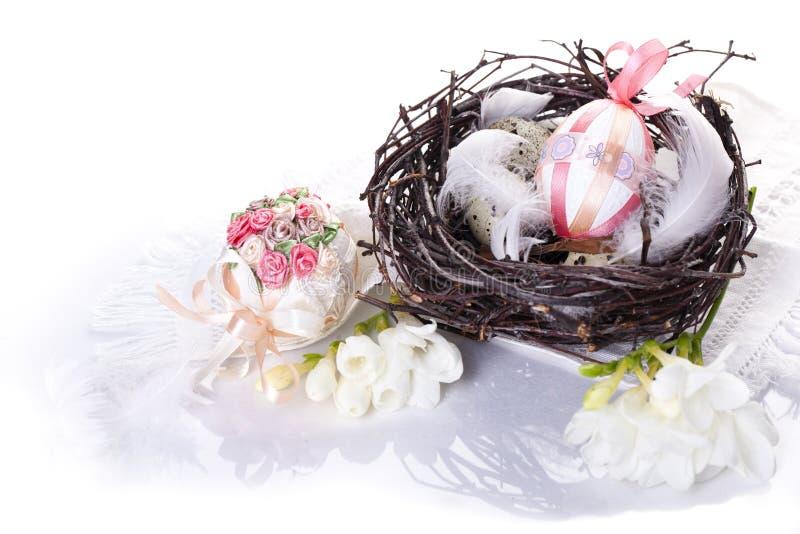 Oeufs de pâques dans un nid photos libres de droits
