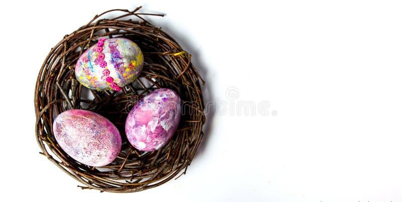 Oeufs de pâques dans un nid en osier images stock