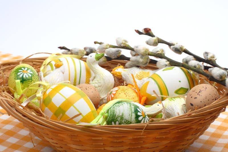 Oeufs de pâques dans un panier image stock