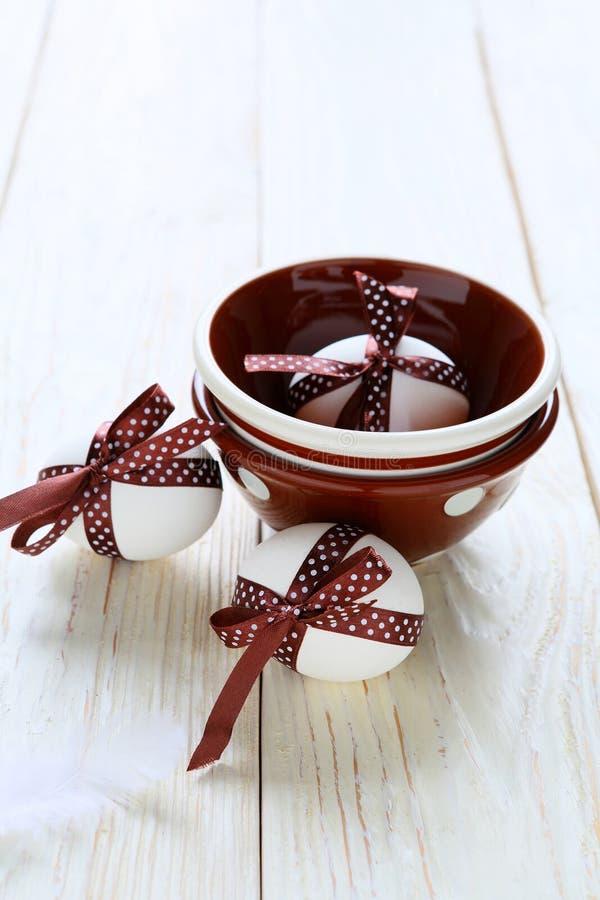 Oeufs de pâques de chocolat et une cuvette photos libres de droits
