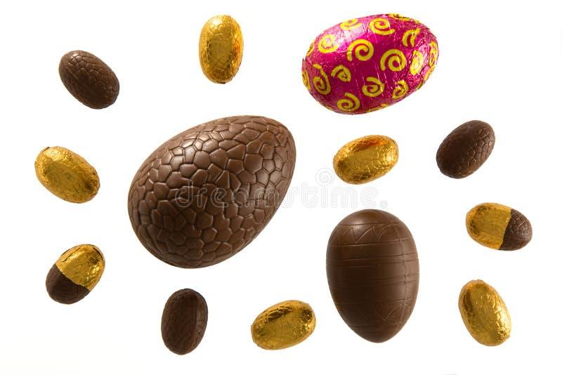 Oeufs de pâques de chocolat sur le fond blanc photographie stock